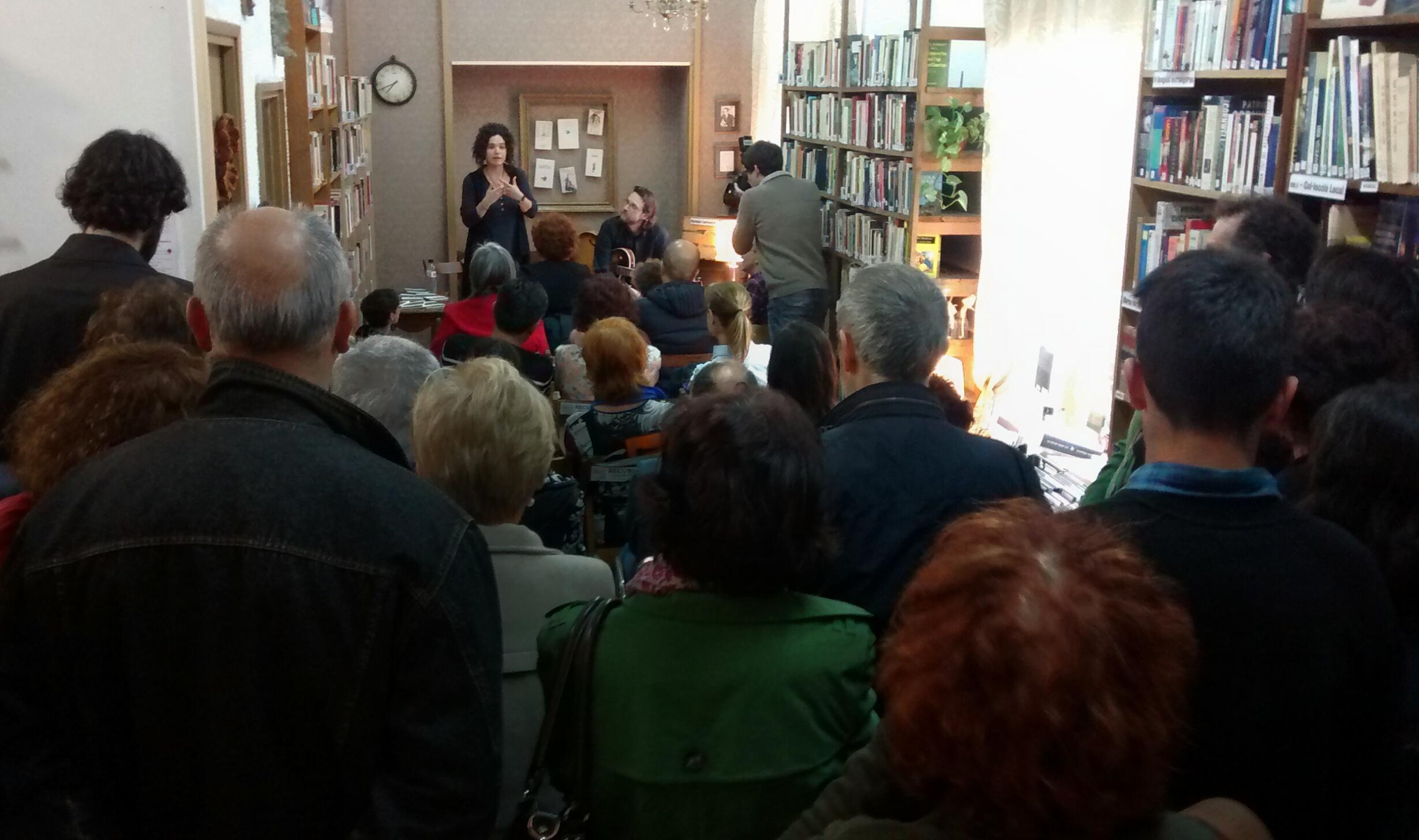 Sònia Moya presentant
